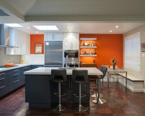 Salle à manger ouverte sur la cuisine avec un mur orange : Photos ...