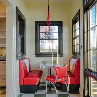 ワシントンD.C.の小さいミッドセンチュリースタイルのおしゃれなダイニングキッチン (ベージュの壁、リノリウムの床、暖炉なし) の写真