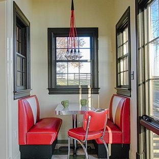 Foto di una piccola sala da pranzo aperta verso la cucina minimalista con pareti beige, pavimento in linoleum e nessun camino