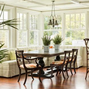 Esempio di una sala da pranzo aperta verso il soggiorno costiera con pavimento in legno massello medio