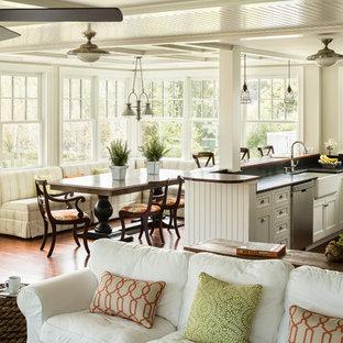 Diseño de comedor costero, pequeño, abierto, con paredes blancas, suelo de madera en tonos medios y suelo marrón