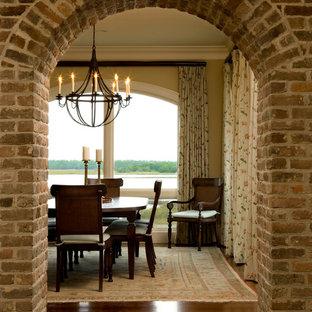 Inspiration för ett mellanstort vintage kök med matplats, med gula väggar och mellanmörkt trägolv