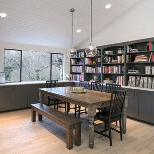 シアトルの中くらいのミッドセンチュリースタイルのおしゃれなLDK (白い壁、淡色無垢フローリング、標準型暖炉、レンガの暖炉まわり) の写真