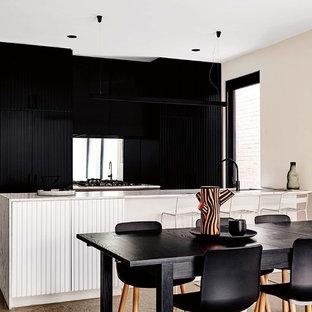 Exemple d'une salle à manger ouverte sur la cuisine scandinave avec un mur noir et un sol gris.