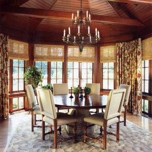 Inredning av en klassisk mellanstor separat matplats, med bruna väggar, ljust trägolv och beiget golv