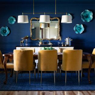 Modelo de comedor abierto con paredes azules y suelo de madera en tonos medios