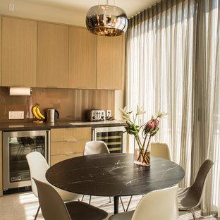 Idee per una piccola sala da pranzo design chiusa con pareti beige, parquet chiaro, nessun camino e pavimento beige