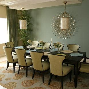 Ispirazione per una grande sala da pranzo contemporanea chiusa con pareti beige, pavimento in gres porcellanato e nessun camino