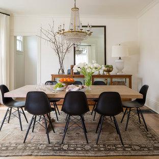 Foto di una sala da pranzo vittoriana chiusa con pareti bianche, pavimento in legno massello medio e nessun camino