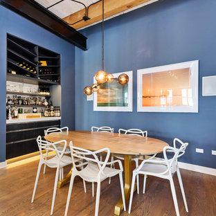 Пример оригинального дизайна интерьера: гостиная-столовая в современном стиле с синими стенами и темным паркетным полом