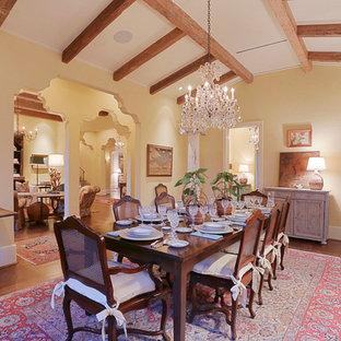 Ispirazione per una grande sala da pranzo mediterranea chiusa con pareti gialle e pavimento in legno massello medio
