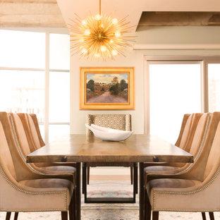 Immagine di una grande sala da pranzo aperta verso il soggiorno tradizionale con pareti bianche, parquet chiaro, nessun camino e pavimento marrone
