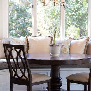 Immagine di una sala da pranzo aperta verso la cucina tradizionale di medie dimensioni con pareti beige, pavimento in legno massello medio e nessun camino