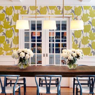Modern inredning av en stor separat matplats, med flerfärgade väggar och mellanmörkt trägolv