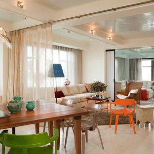 Foto di una sala da pranzo aperta verso il soggiorno minimal