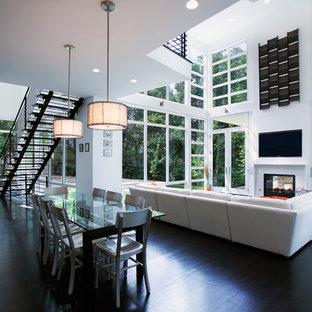 Foto de comedor actual, abierto, con paredes blancas y suelo negro
