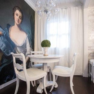 Modelo de comedor romántico con paredes blancas y suelo de madera oscura