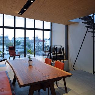 京都のコンテンポラリースタイルのおしゃれなLDK (白い壁、マルチカラーの床) の写真
