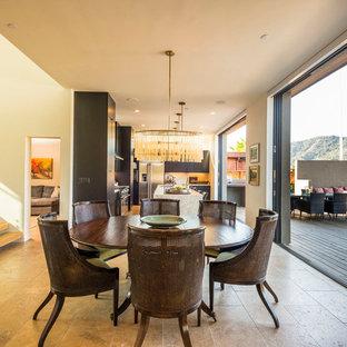 Ejemplo de comedor de cocina contemporáneo, de tamaño medio, con paredes beige y suelo de travertino