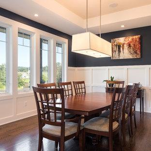 Ispirazione per una sala da pranzo chic chiusa e di medie dimensioni con pareti nere, parquet scuro e pavimento marrone