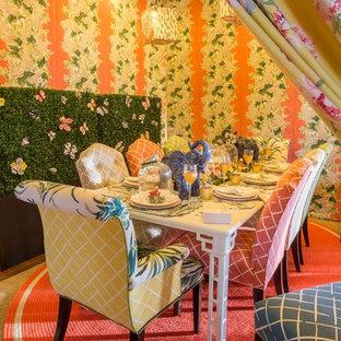 Ispirazione per una sala da pranzo boho chic di medie dimensioni e chiusa con pareti multicolore, pavimento in terracotta, nessun camino e pavimento rosso