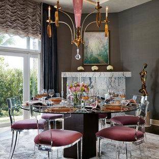 Ispirazione per una sala da pranzo design chiusa e di medie dimensioni con pareti grigie, moquette, camino ad angolo, pavimento grigio e cornice del camino in pietra