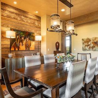 Imagen de comedor rural, cerrado, sin chimenea, con paredes beige y suelo de madera en tonos medios