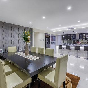 Imagen de comedor de cocina moderno con suelo blanco