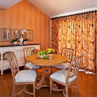 Idées déco pour une salle à manger ouverte sur la cuisine classique avec un mur orange et un sol en bois brun.