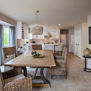 Immagine di una grande sala da pranzo aperta verso la cucina tradizionale con pareti beige, pavimento con piastrelle in ceramica e nessun camino