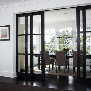 Imagen de comedor clásico renovado, cerrado, con paredes blancas y suelo negro
