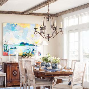 Inspiration för maritima matplatser, med beige väggar och mellanmörkt trägolv