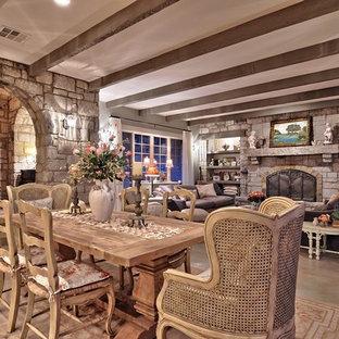Offenes, Geräumiges Shabby-Chic Esszimmer mit Betonboden und Kaminumrandung aus Stein in Austin