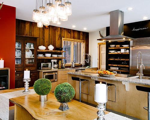 Sala da pranzo aperta verso la cucina in montagna con camino ...