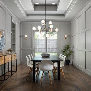 Ispirazione per una grande sala da pranzo chic chiusa con pareti grigie, pavimento marrone, soffitto ribassato, pannellatura e parquet scuro