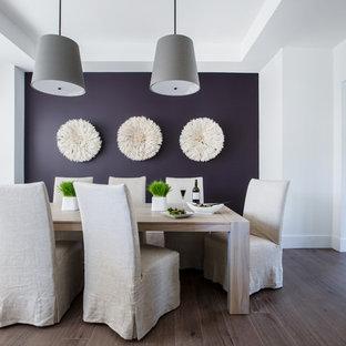 На фото: отдельная столовая в морском стиле с фиолетовыми стенами, темным паркетным полом и коричневым полом с