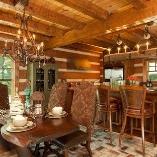 Imagen de comedor rural, grande, abierto, con paredes marrones y suelo de ladrillo