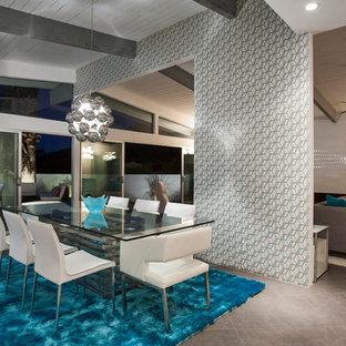 Réalisation d'une très grand salle à manger ouverte sur le salon vintage avec un mur blanc et un sol en carrelage de porcelaine.