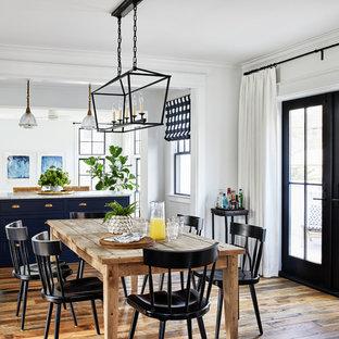 Idéer för maritima matplatser, med vita väggar, mellanmörkt trägolv och brunt golv