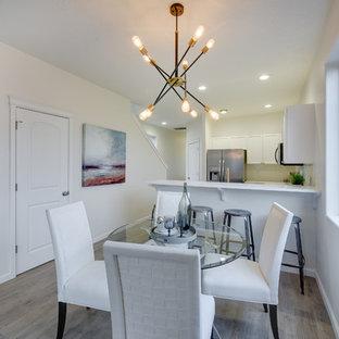 Idee per una sala da pranzo aperta verso il soggiorno chic di medie dimensioni con pareti bianche, pavimento in laminato e pavimento beige