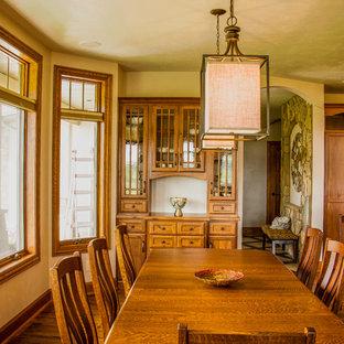 Cette image montre une salle à manger ouverte sur la cuisine traditionnelle de taille moyenne avec un mur beige, un sol en bois brun et aucune cheminée.