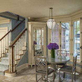 Idéer för mellanstora vintage kök med matplatser, med blå väggar, travertin golv och beiget golv