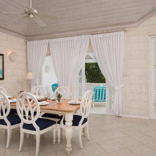 Idee per una grande sala da pranzo aperta verso il soggiorno tropicale con pareti bianche e pavimento con piastrelle in ceramica