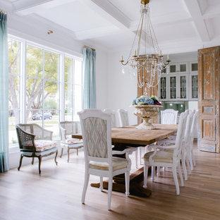 Idéer för att renovera en shabby chic-inspirerad matplats, med vita väggar och ljust trägolv