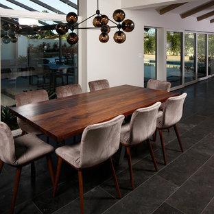 Foto di una grande sala da pranzo aperta verso la cucina contemporanea con pareti bianche, pavimento in marmo e pavimento blu