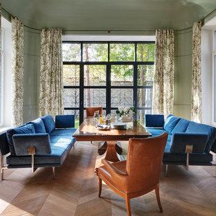 Неиссякаемый источник вдохновения для домашнего уюта: столовая в стиле ретро с паркетным полом среднего тона и зелеными стенами без камина
