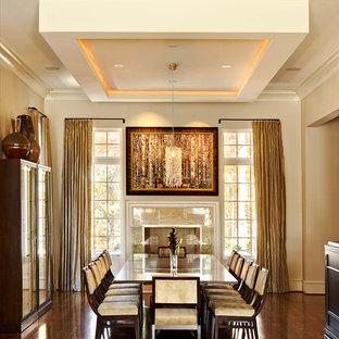 Idee per una sala da pranzo design con pareti beige e parquet scuro