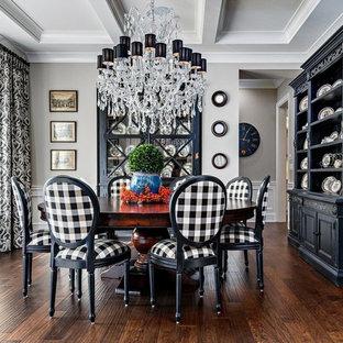 Imagen de comedor clásico, de tamaño medio, cerrado, con paredes grises, suelo de madera en tonos medios y suelo marrón