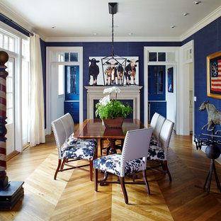 Пример оригинального дизайна: отдельная столовая среднего размера в классическом стиле с синими стенами, паркетным полом среднего тона, стандартным камином, фасадом камина из дерева и коричневым полом