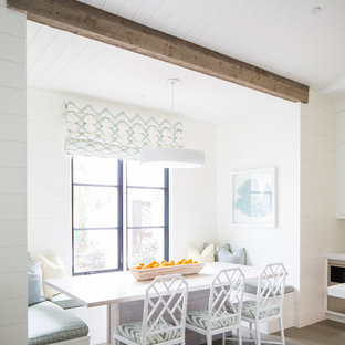 Modelo de comedor mediterráneo con paredes blancas, suelo de madera clara y suelo marrón